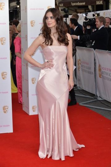 Heida Reed looking fabulous on the red carpet. Make up by MAC