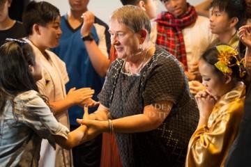 Lindy Hemming與來自當地學校的孩子們見面