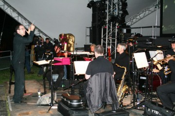 The Matrix Ensemble conducted by Robert Ziegle accompanied the screening of Moulin Rouge.