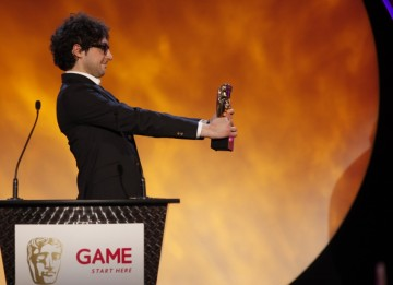 Alex Zane eagerly hands over the award for Gameplay category (BAFTA/Brian Ritchie)