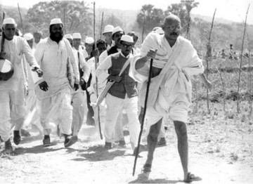 At the age of 61, setting a break-neck pace, Gandhi (Ben Kingsley) leads thousands of followers 240 miles from his Sabarmarti Ashram to the sea at Dandi.