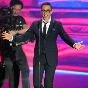2014 honoree Robert Downey Jr. returned this year to present Orlando Bloom with the Britannia Humanitarian Award sponsored by the Beazley Group.