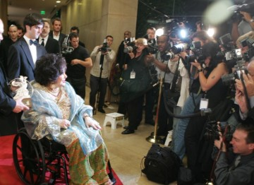 Dame Elizabeth Taylor arrives on the red carpet