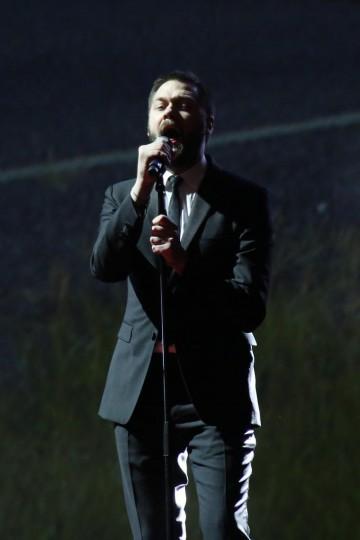 Tom Meighan frontman of Kasabian sings