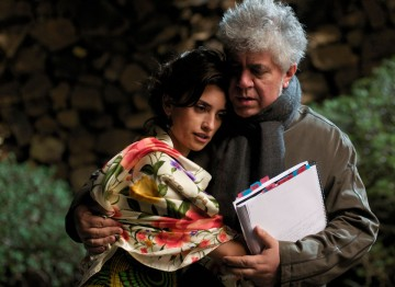 Almodóvar and Penelope Cruz on the set of Volver (2006). ©Paola Ardizzoni & Emilio Pereda