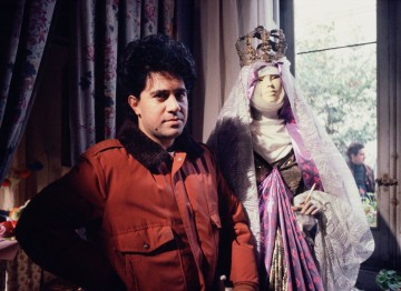 Almodóvar makes a new friend while filming Dark Habits (1983). ©Ana Muller