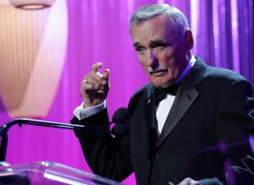 Award presenter Dennis Hopper