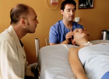Darío Grandinetti, Javier Cámara and Leonor Watling in a hospital scene in Talk to Her (2002). ©Miguel Bracho