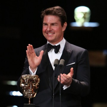Tom Cruise presents the award for Best Film