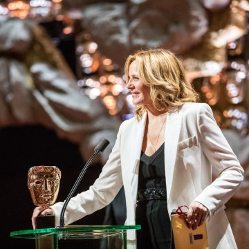Kim Cattrall presents the award for Entertainment Performance
